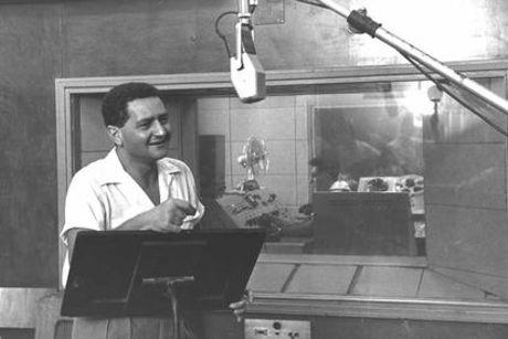 שמעון ישראלי ב- 1959 באולפני קול ישראל, מאתר ויקיפדיה